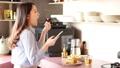 吃的婦女,當觀看智能手機時 48638071