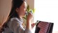 一個女人在喝咖啡時操作智能手機 48662412