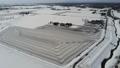 雪に覆われた畑に撒かれた融雪剤で描かれた幾何学的な風景を空撮 48663033