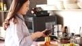 烹調在廚房裡的婦女 48677239