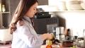 烹調在廚房裡的婦女 48677241
