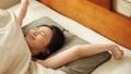 一个女人伸展早上起床 48677716