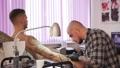 サロン 人 彫師の動画 49064127