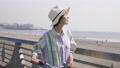 海岸線を散歩する女性 49419746