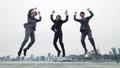 점프하는 비지니스 맨 49798046