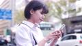 街なかでスマホを操作する女性 49802204