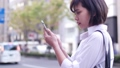 街なかでスマホを操作する女性 49802205