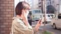 スマホで音楽を聴く女性 49802208