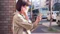 スマホで音楽を聴く女性 49802209
