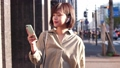 スマホで音楽を聴きながら歩く女性 49802212