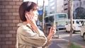 스마트 폰에서 음악을 듣고 여자 49817735