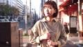 街中を歩く女性 49817740