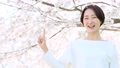 指向手指的櫻花婦女 49893148