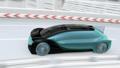 高速公路上的一輛自動駕駛汽車超越一輛卡車並與一架飛行出租車平行 49947455