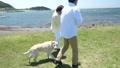 シニア夫婦と犬 草原と青空 50060460
