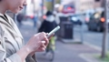 거리 (안)에서 스마트 폰을 조작하는 여성의 손 50274630