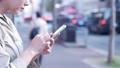 거리 (안)에서 스마트 폰을 조작하는 여성의 손 50289948