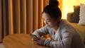 女性 スマートフォン 夜の動画 50316231