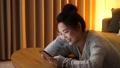 女性 スマートフォン 夜の動画 50316233