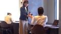 ビジネスウーマン シェアオフィス コーヒーの動画 50317550