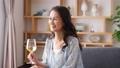 ミドル 女性 ワイン ライフスタイルイメージ 50319636