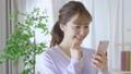 若い女性 スマートフォン 手持ち撮影 カメラワーク 移動撮影 50436285