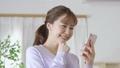 若い女性 スマートフォン 手持ち撮影 カメラワーク 移動撮影 50436286