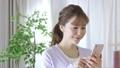 若い女性 スマートフォン 手持ち撮影 カメラワーク 移動撮影 50436288
