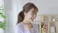 若い女性 スマートフォン 手持ち撮影 カメラワーク 移動撮影 50436289