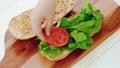 サンドイッチ作り・トマトをのせる 50574674