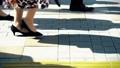 出勤、ビジネスマン、ビジネス、歩く、足元、革靴、靴、脚、足、ハイヒール、男性、女性、ビジネスウーマン 50579045