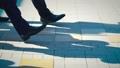 出勤、ビジネスマン、ビジネス、歩く、足元、革靴、靴、脚、足、ハイヒール、男性、女性、ビジネスウーマン 50579048