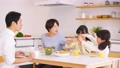 食事 親子 食卓の動画 50648262