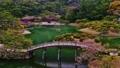 日本庭園の木でできたアーチ状の橋が有名な香川県の栗林公園 50826670