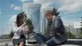 ビジネスウーマン 同僚 ディスカッションの動画 53020870