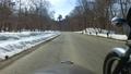 残雪の山道をサイドカーで走る 53026010