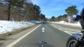 残雪の山道をサイドカーで走る 53026012