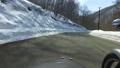残雪の山道をサイドカーで走る 53026045