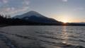 山中湖越しの富士山と夕日 53331497