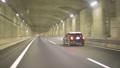 東京外郭環状道路のトンネル部分を通過する自動車 53591116