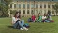 大学 女性 キャンパスの動画 53617937