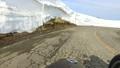 残雪の山道をサイドカーで走る 53626205