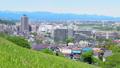 新緑の丘から眺める住宅街 53627475