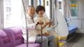 夫婦 電車 スマートフォンの動画 53697081