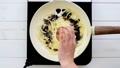 玉ねぎを炒める ~バルサミコ酢を加えて炒める~ 53736906