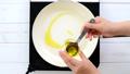 玉ねぎを炒める ~オリーブオイルを加えて炒める~ 53736907