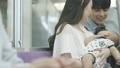 あやす 子供 人物の動画 53762345