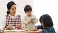 幼儿园老师和孩子们,画画 54002706