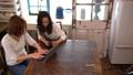 テーブルでパソコンとスマートフォンで検索している2人の若い日本人女性 54317134