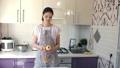 女性 キッチン 台所の動画 54348103